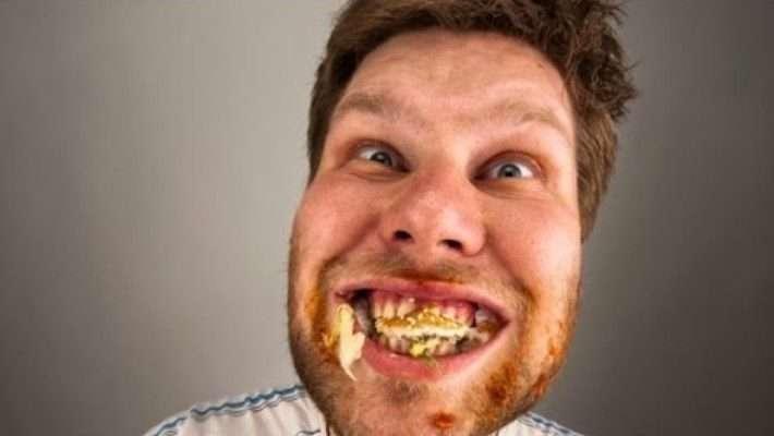5 σπαστικοί τύποι που δεν αντέχεις δίπλα σου στην ταβέρνα
